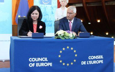EUROPOS KOMISIJA PASIRAŠĖ EUROPOS TARYBOS KONVENCIJĄ DĖL SMURTO PRIEŠ MOTERIS IR SMURTO ARTIMOJE APLINKOJE PREVENCIJOS IR ŠALINIMO (STAMBULO KONVENCIJĄ)!!!